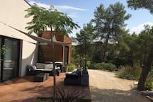 Terrasse avec salon et terrain de pétanque