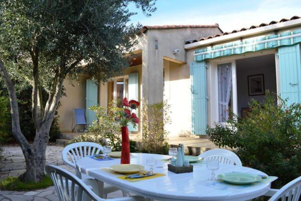 villa de 60m2 avec terrain de 250m2 maisons louer bormes les mimosas provence alpes c te. Black Bedroom Furniture Sets. Home Design Ideas