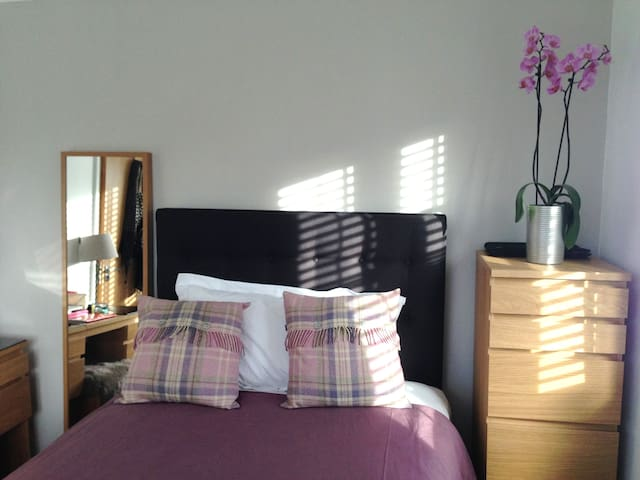 Great small double Slough Heathrow - Slough - Bed & Breakfast