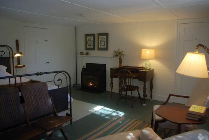 Old Story Farm B&B: 1820 King Room - Hopkinton - Bed & Breakfast
