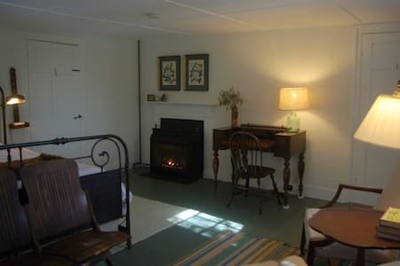 Old Story Farm B&B: 1820 King Room - Hopkinton