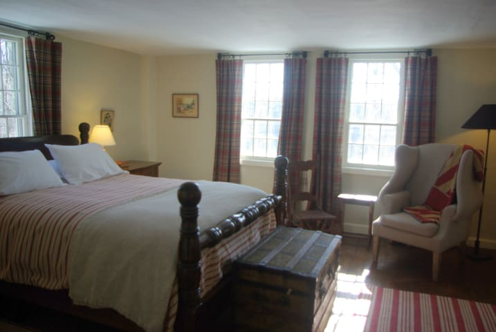 Old Story Farm B&B: 1760 Queen Room - Hopkinton