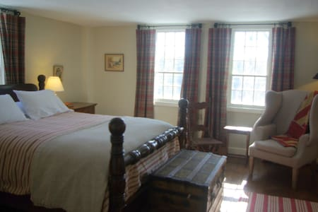 Old Story Farm B&B: 1760 Queen Room - Penzion (B&B)