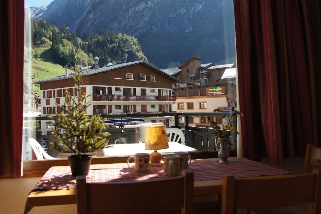 très belle vue sur la montagne et le téléphérique dès le petit déjeuner!