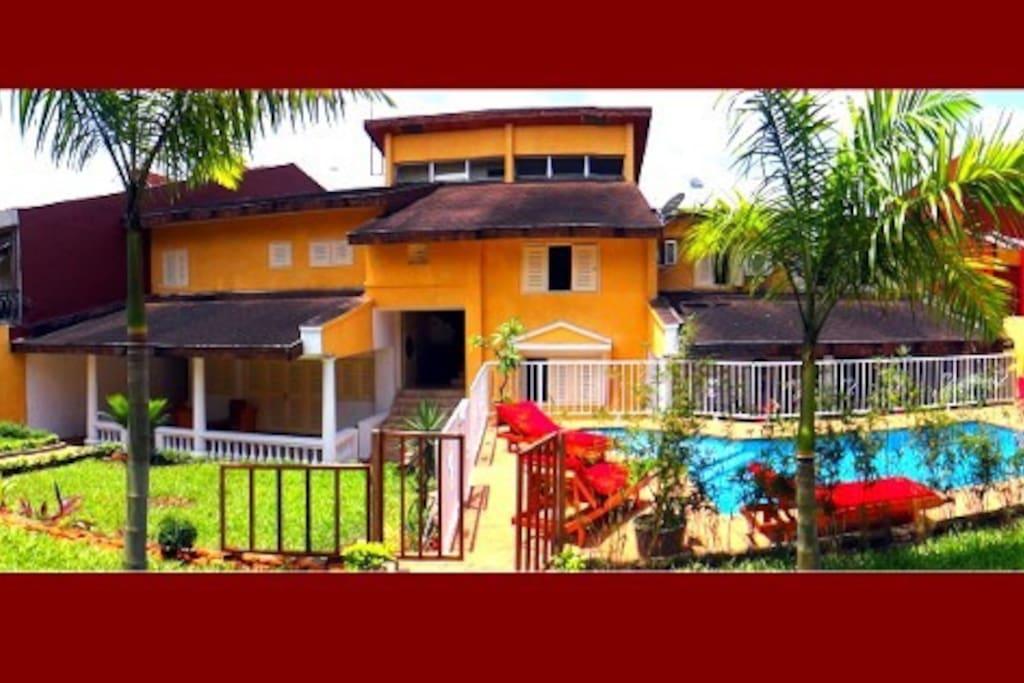 Villa Oasis vue de face côté jardin et piscine.