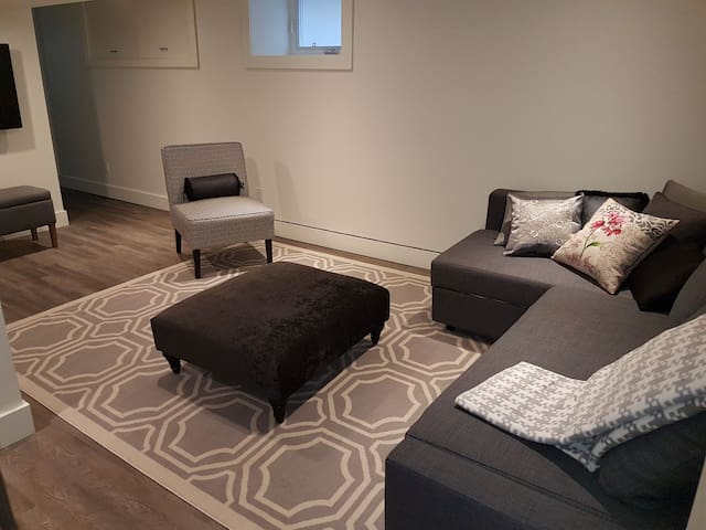 Bright,Newly renovated, sleeps 4, 1bdrm,bsmt suite