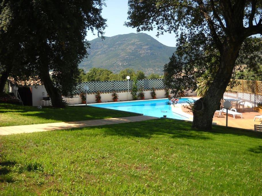 Villa con piscina vista panoramica villas louer for Piscina jardin 727