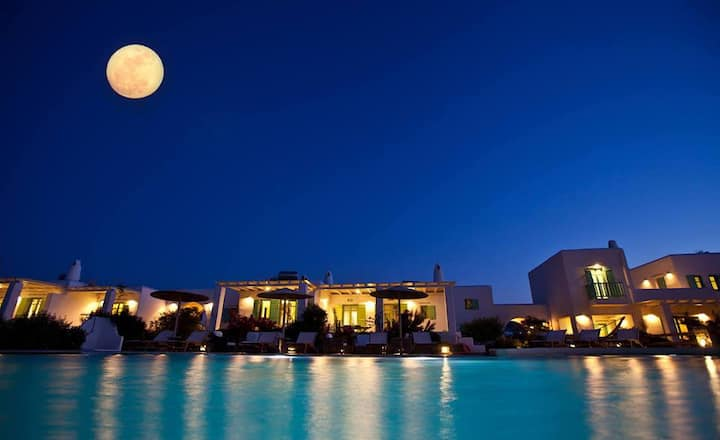 Beautiful villa for 6 in a luxury complex in Paros