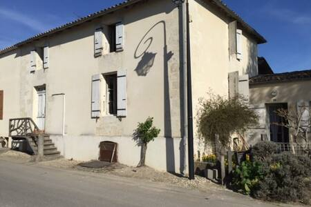 Charming village house with outside space - Mortagne sur Gironde - Talo