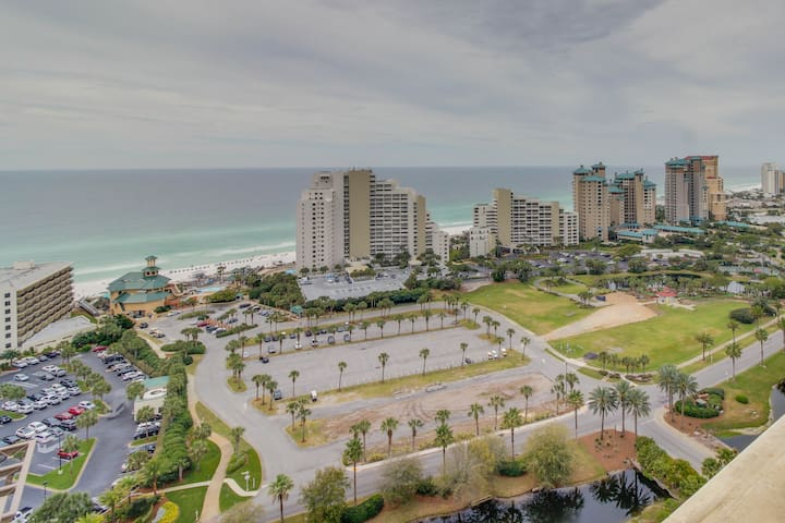 Gulf view condo w/ corner balcony, shared pool/hot tub & easy beach access!