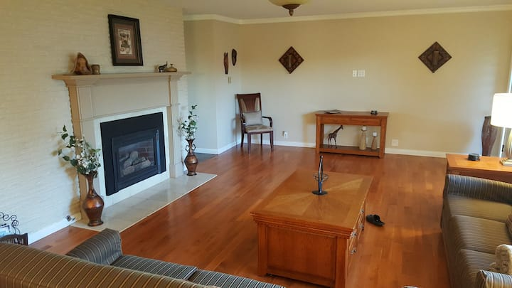 Overnight With Us - 4212 Large 4 BDRM, 2 BA, 1 Car Garage