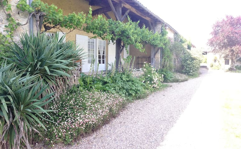 Holidays in Château de Mondésir - Villefranche-de-Lonchat - Departamento