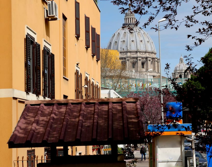exterior with San Peter Dome , Vatican .