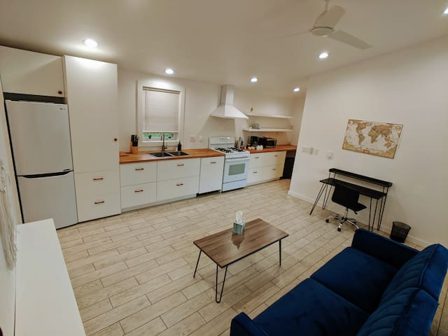Modern suite, Next to Inner City Lightrail!