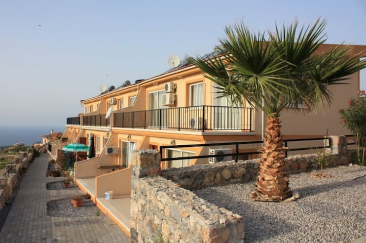 Relaxing location with sea views - Kirenia - Apartamento