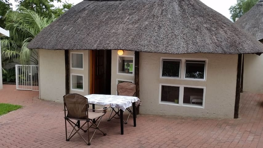 Private room under a thatched roof - Windhoek - Houten huisje