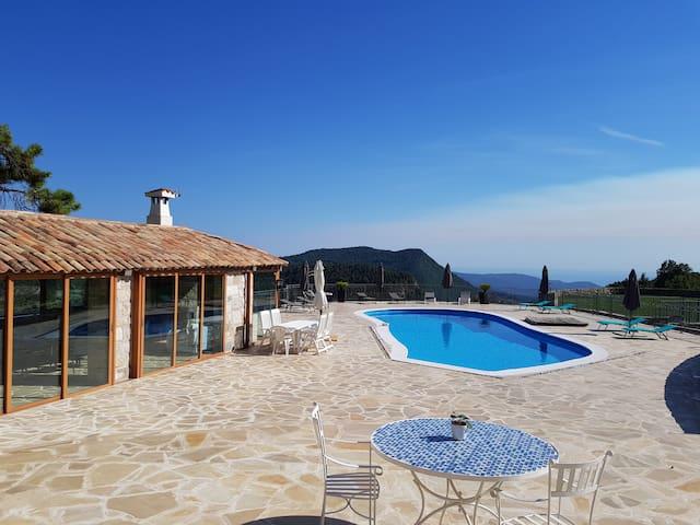 Accès piscine et terrasse