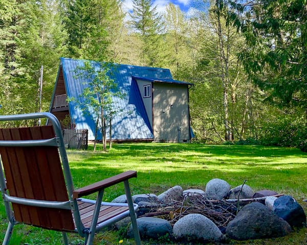 Angie's A-Frame: spacious/log bed/WiFi/fireplace