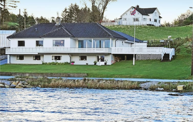 Holiday apartment with 2 bedrooms on 65 m² in Hellvik