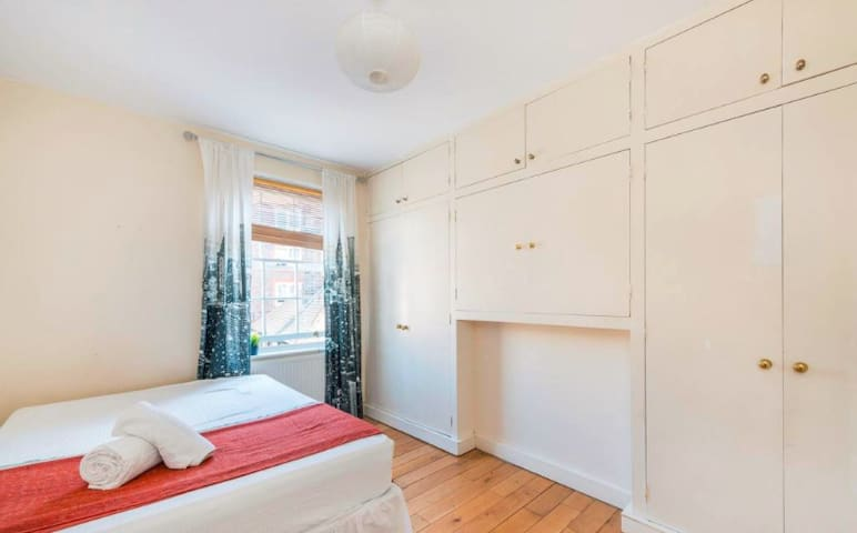 Lovely double bedroom, fantastic location