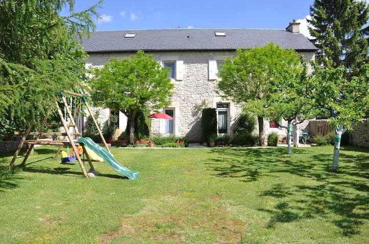 Maison mitoyenne étage + grd jardin :3nuitsminimu - Le Massegros - Huis