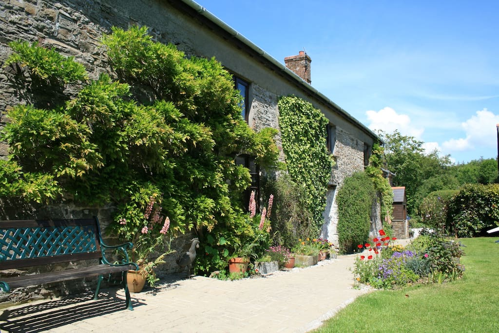 Medieval farmhouse offering quality en-suite B&B accommodation situated off the beaten track in secluded countryside