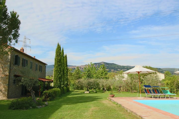 Vintage Holiday Home in Cortona with Swimming Pool