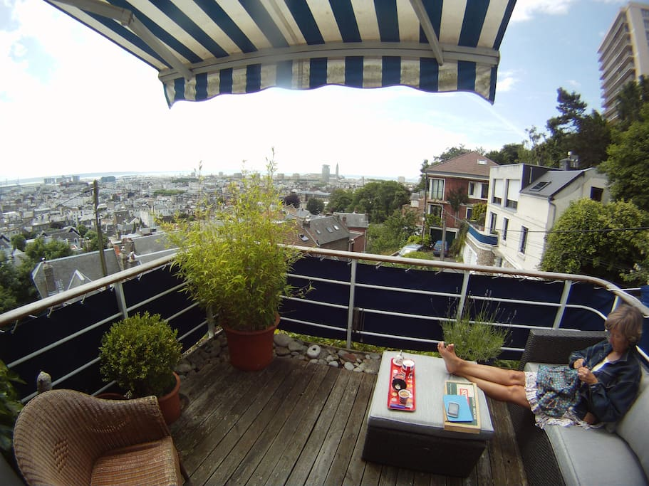 Chambre terrasse vue ville et mer maison d 39 h tes for Chambre d hote haute normandie