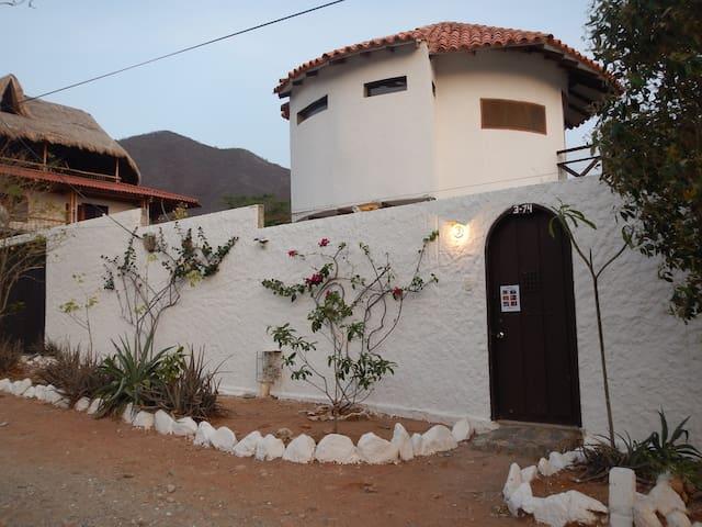 La propriedad y la calle. The property and the street