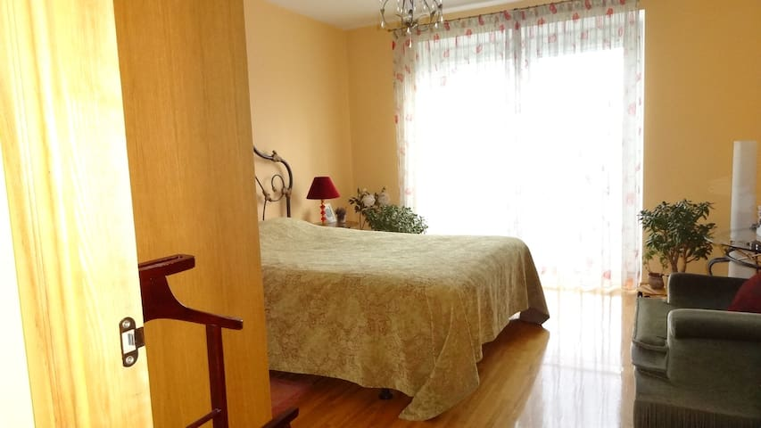 Cosy and Sunny bedroom close to the old town