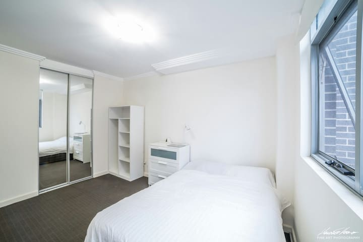 Large ensuite bedroom near airport and CBD
