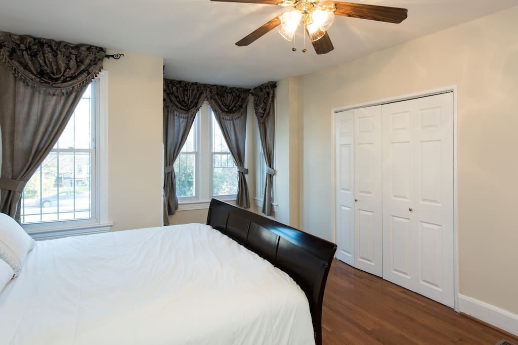 Enjoy a restful night sleep in this king-size bed. The master bedroom is spacious and airy with lots of room for storing your suitcase and other travel essentials.