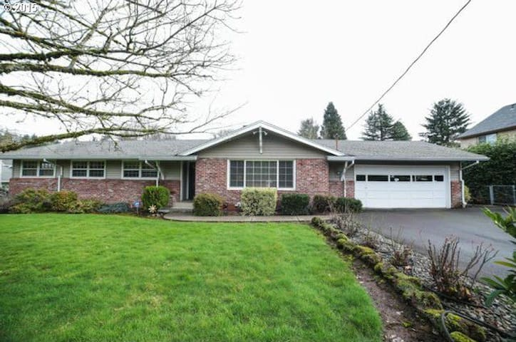 Large Family Friendly Daylight Basement Apartment - Oregon City - Maison