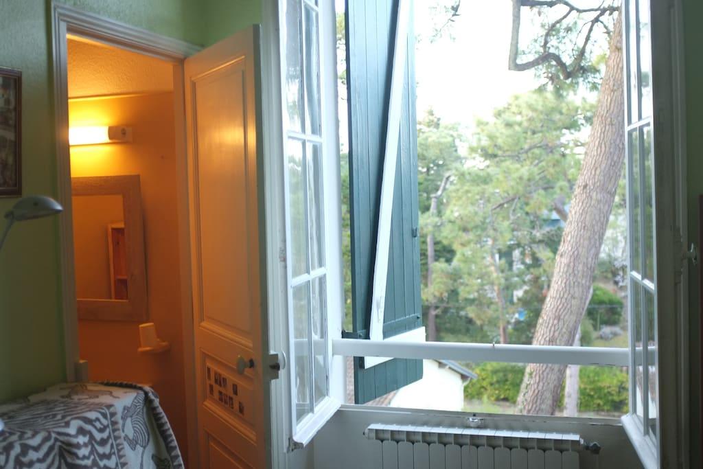 Chambre avec salle d'eau.