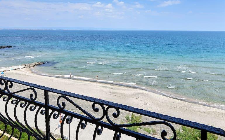 Sea§Lake View Beachfront 2 BED APT, Fitness, Pool