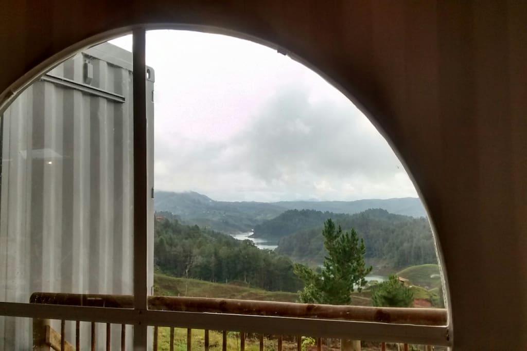 Vista de la represa desde la zona de lectura de la casa
