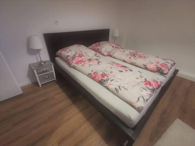 1.Schlafzimmer (1,80m×2,0m Bett)