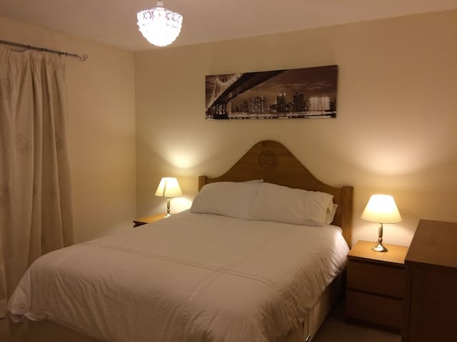 Private room with king-size bed in detached house - Stirling - Casa