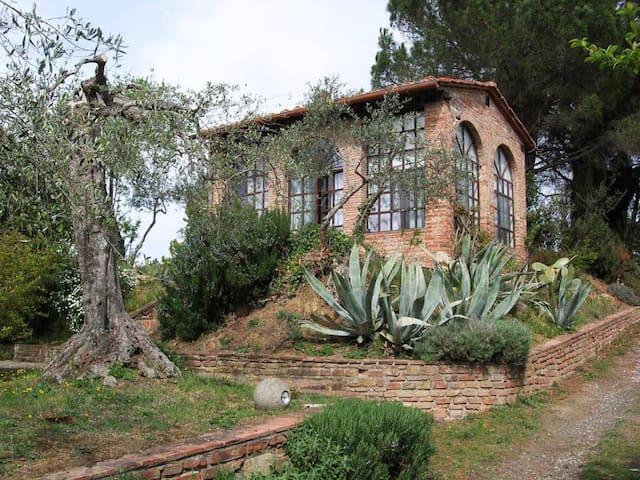 A QUIET GETAWAY IN THE MIDDLE OF THE TUSCAN HILLS - Legoli - Cabaña en la naturaleza