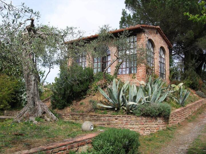 A QUIET GETAWAY IN THE MIDDLE OF THE TUSCAN HILLS