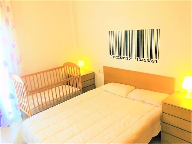 Спальня 1. Кровать 135х190 и детской кроваткой . С выходом на террасу №2 Dormitorio 1. Con cama 135х190 y cuna para bebe. Con acseso a la terrasa №2.
