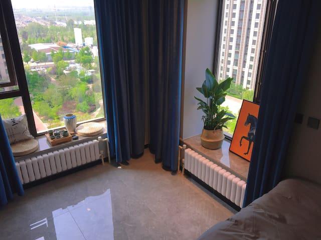 绿植清新,2.9米开阔层高,两面环窗,天然阳光房,每天清晨被小鸟声叫醒!