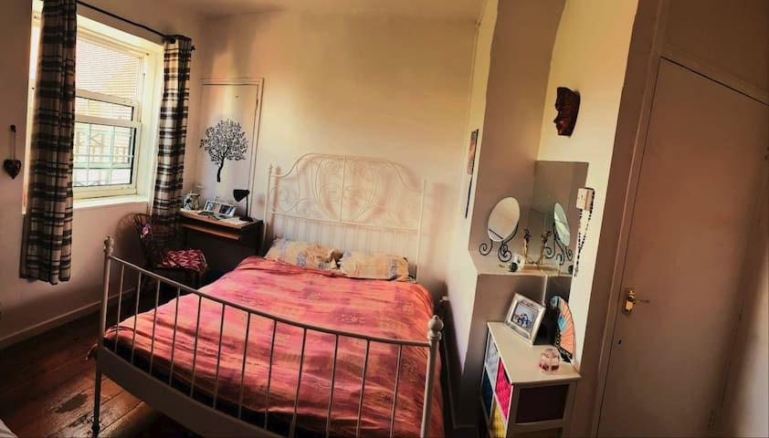 Cosy double room next to Tower Bridge