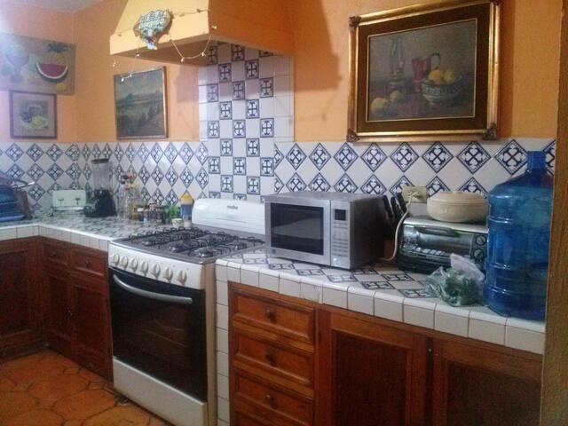 La cocina cuenta con todo lo necesario para una estancia cómoda.