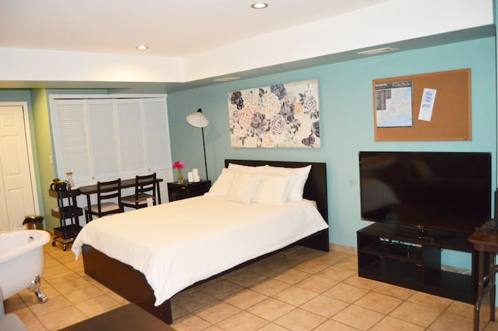 Big Room with 7 AMAZING Services and Amenities! - Staten Island - Townhouse