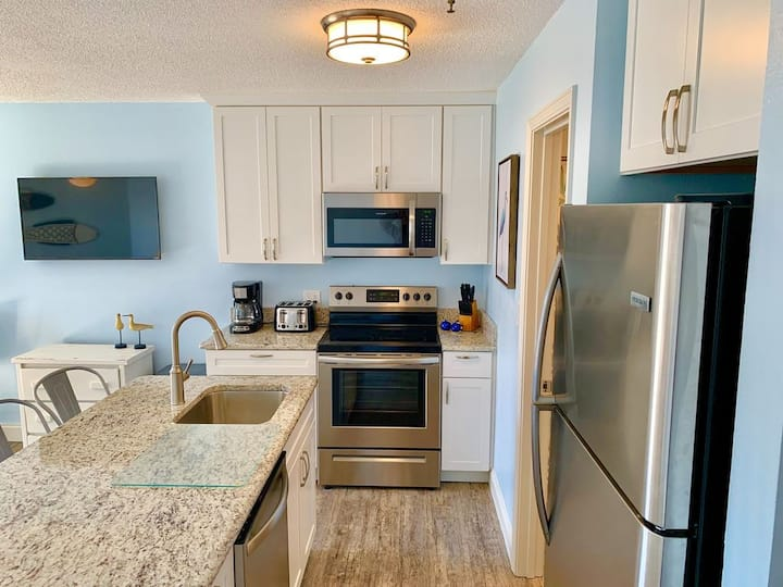 NEWLY REMODELED! Gulf View - 2 Pools - Sleeps 6