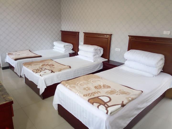 1.2米的小床三张适合三人入住