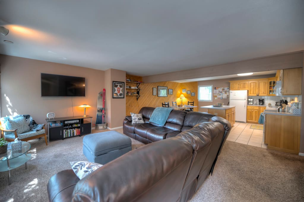 "Open living room and dining/kitchen area is perfect for families or groups to all hang out together, with 4 large windows along the left wall looking out towards the ski area and downtown. Brand-new 55"" 4K TV comes loaded with Netflix, Hulu+, and Amazon Prime subscriptions. High-speed WiFi."