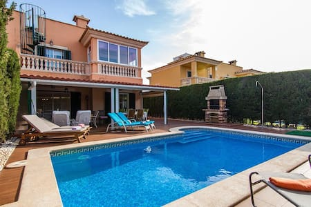 Luxury VILLA With BBQ and Pool Patio 8 PEOPLE - Puigderrós