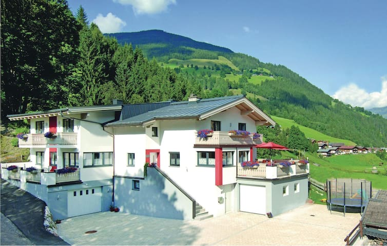 Holiday apartment with 2 bedrooms on 68m² in Viehhofen